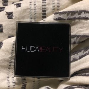 HudaBeauty Tantour Contour and Bronzer Cream